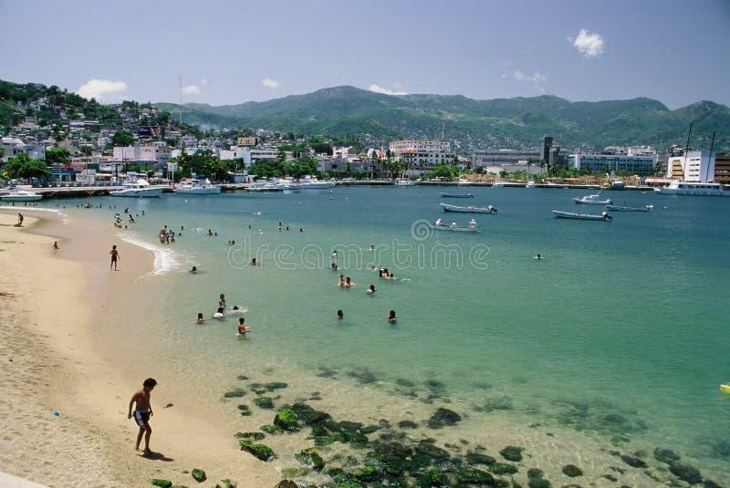 Praia do público de Acapulco fotografia de stock