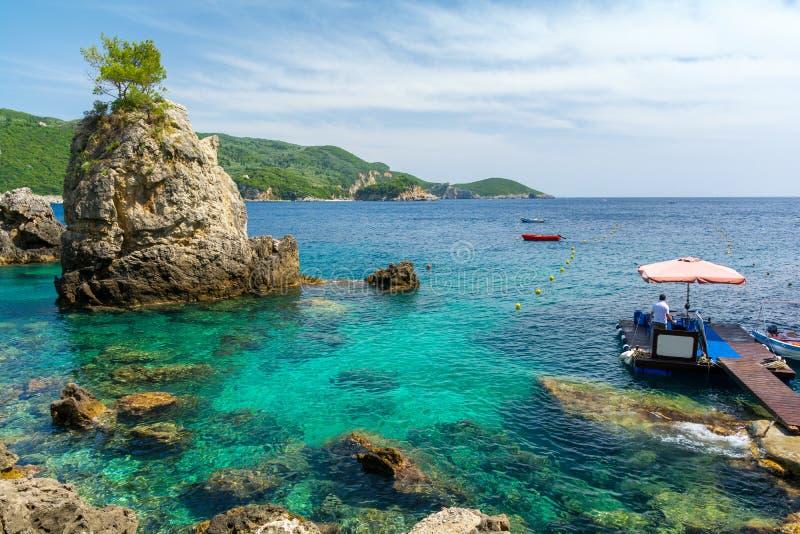 Praia do paraíso na ilha de Corfu, Grécia foto de stock
