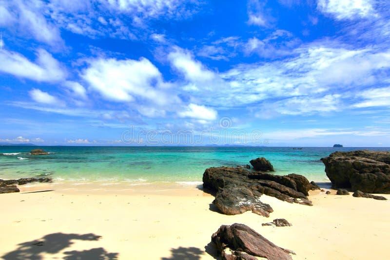 Praia do paraíso na ilha do maiton do Koh, phuket, Tailândia fotos de stock