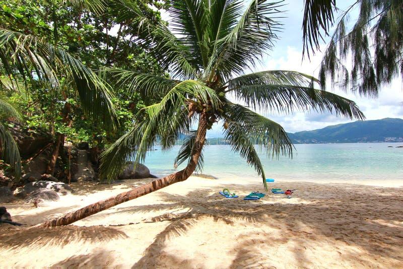 Praia do paraíso na ilha do maiton do Koh, phuket, Tailândia imagens de stock royalty free