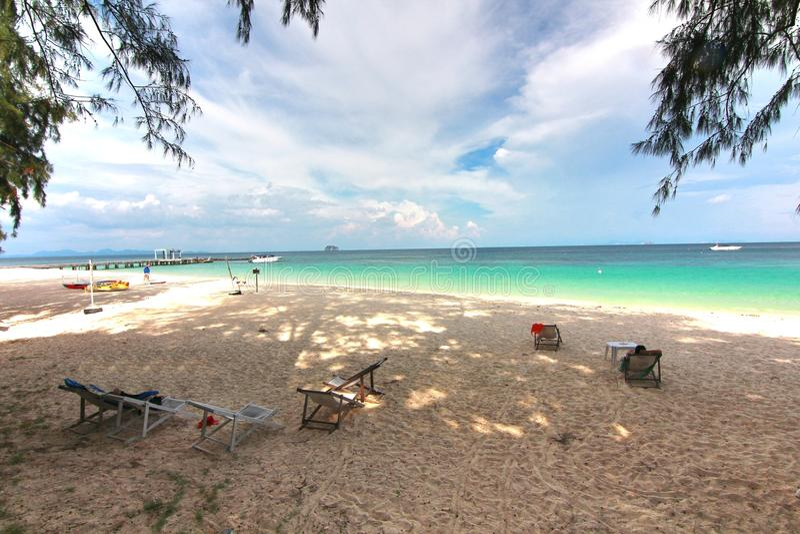 Praia do paraíso na ilha do maiton do Koh, phuket, Tailândia imagens de stock