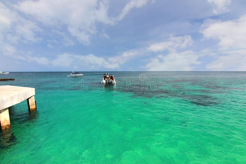 Praia do paraíso na ilha do maiton do Koh, phuket, Tailândia fotografia de stock