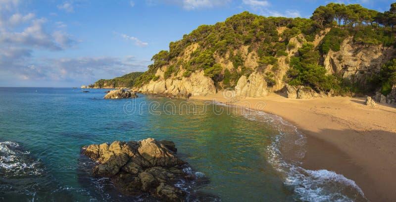 Praia do platja Cala Sa Boadella em Lloret de Mar foto de stock
