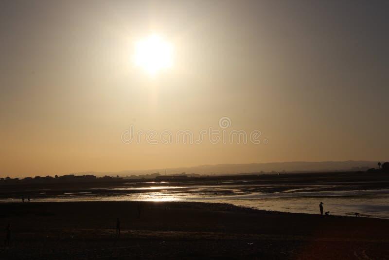 Praia do por do sol fotografia de stock