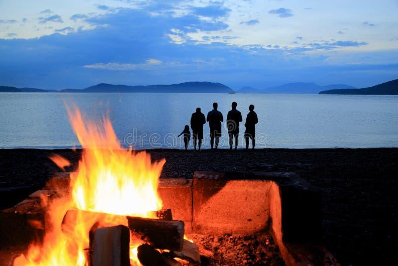 A praia do por do sol da fogueira mostra em silhueta Washington Park Anacortes Washington foto de stock