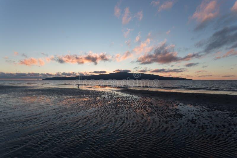 Praia do por do sol da ilha de Kapiti imagem de stock royalty free