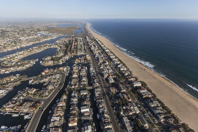 A praia do por do sol dirige a antena em Califórnia do sul imagem de stock