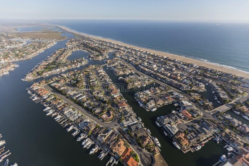 A praia do por do sol dirige a antena em Califórnia do sul foto de stock