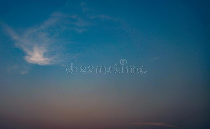 Praia do por do sol da nuvem do céu imagem de stock royalty free