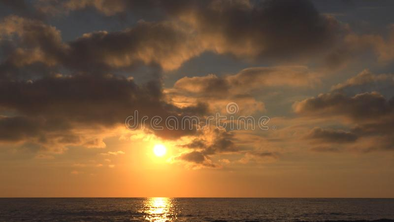 Praia do por do sol, nascer do sol no litoral, oceano no p?r do sol no ver?o, Seascape crepuscular fotografia de stock