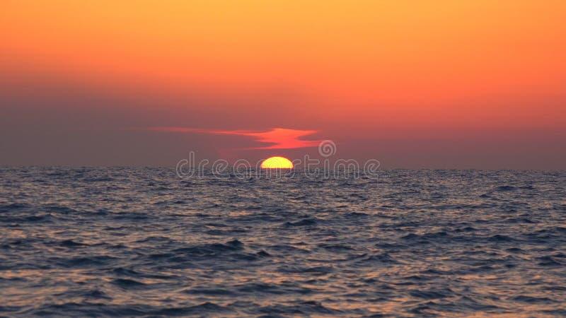 Praia do por do sol, nascer do sol no litoral, oceano no p?r do sol no ver?o, Seascape crepuscular imagens de stock royalty free