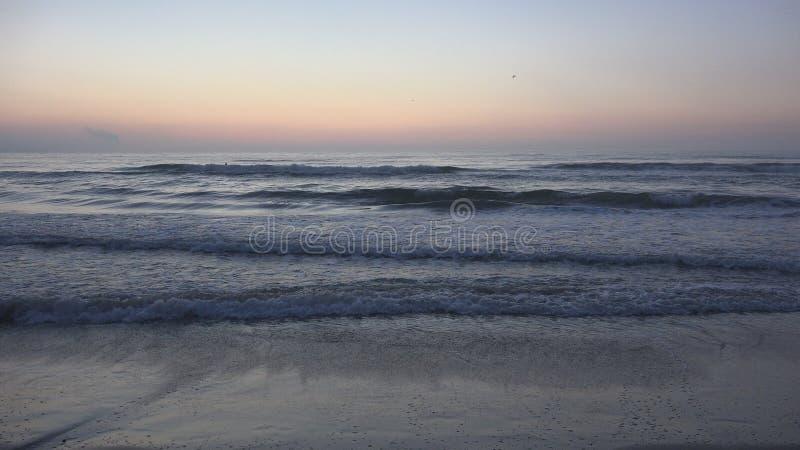 Praia do por do sol, nascer do sol no litoral, oceano no p?r do sol no ver?o, Seascape crepuscular foto de stock