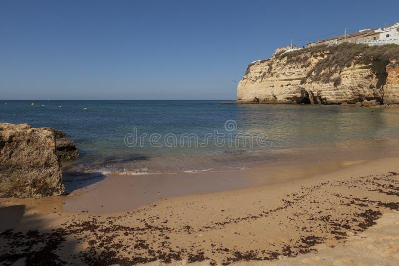 Praia do turista da areia ensolarada imagem de stock royalty free