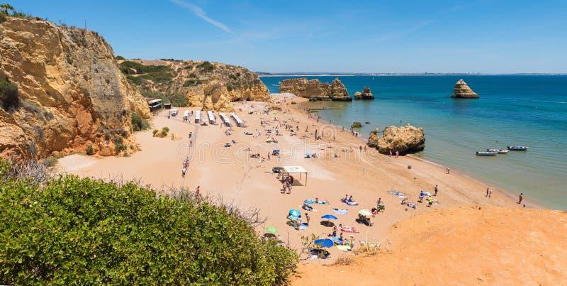 PRAIA DONA ANA, LAGOS, PORTUGAL, 21 de junho de 2019 - escada de madeira para praia e oceano azul imagem de stock