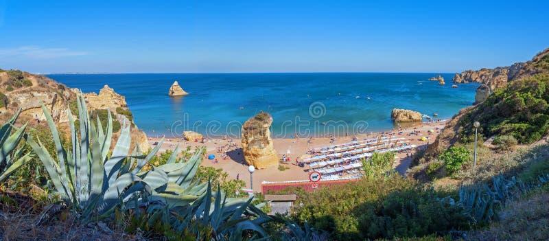 PRAIA DONA ANA, LAGOS, PORTUGAL, Juner 21o, 2019 - vista a la playa de baño y océano azul foto de archivo