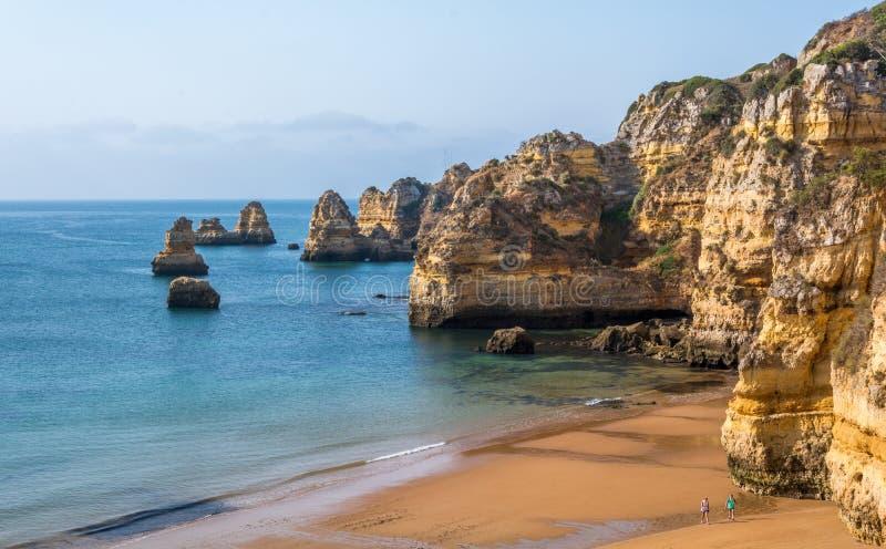 Praia Dona Ana na manhã, Lagos, o Algarve, Portugal imagem de stock royalty free