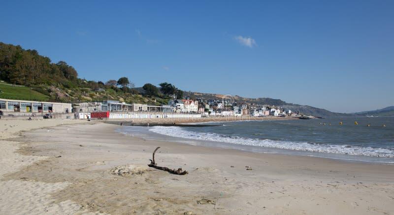 Praia Dorset Inglaterra Reino Unido de Lyme Regis da calma em um dia bonito ainda na costa jurássico inglesa foto de stock royalty free