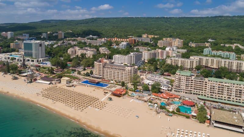PRAIA DOURADA DAS AREIAS, VARNA, BULGÁRIA - 15 DE MAIO DE 2017 Vista aérea da praia e dos hotéis em areias douradas, Zlatni Piasa fotos de stock