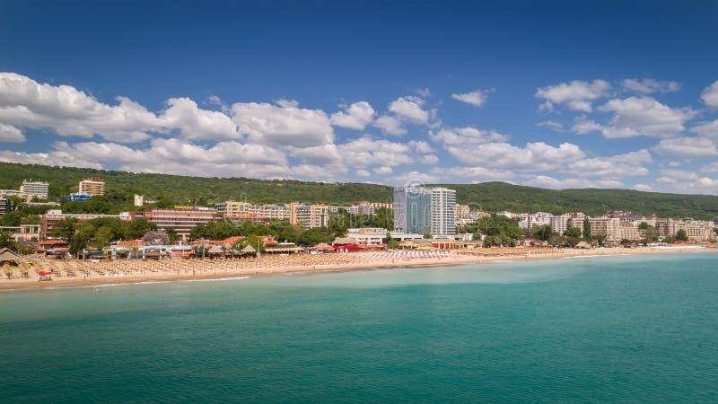 PRAIA DOURADA DAS AREIAS, VARNA, BULGÁRIA - 19 DE MAIO DE 2017 Vista aérea da praia e dos hotéis em areias douradas, Zlatni Piasa imagens de stock royalty free