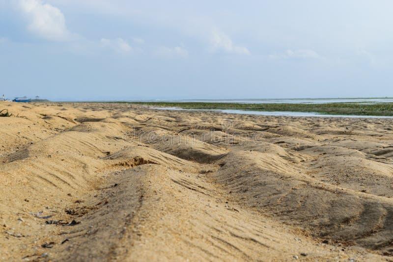Praia durante marés baixas do Oceano Índico em Sanur, Bali imagem de stock