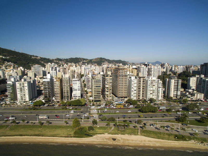 A praia e as construções Beira estragam Norte/Florianopolis Santa Catar imagem de stock