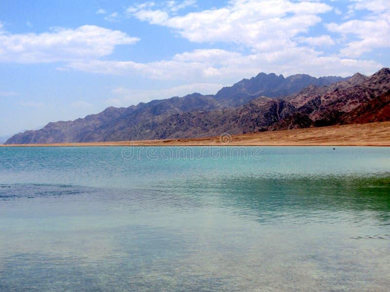 A praia e as montanhas da lagoa azul fotos de stock royalty free