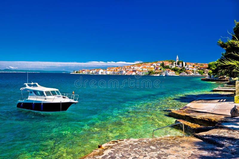 Praia e barco de Kali no mar de turquesa imagens de stock