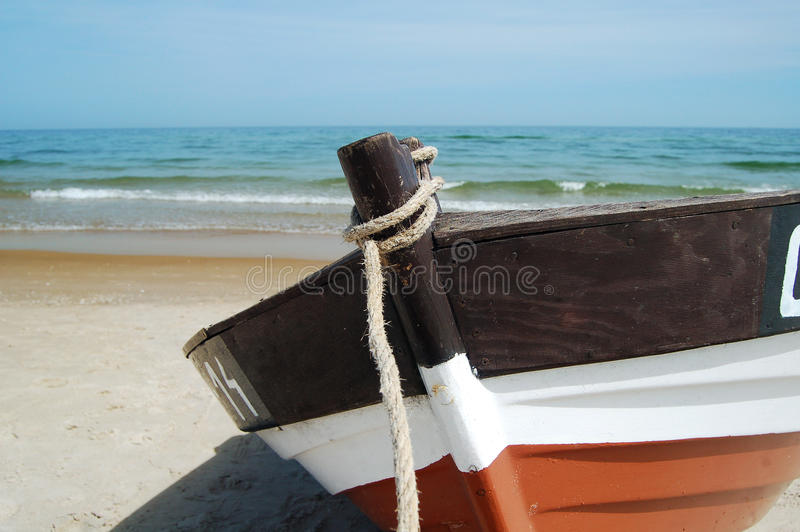 Praia e barco de pesca imagem de stock royalty free