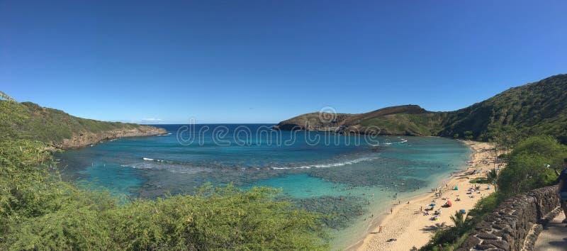 Praia e céu do panorama da baía de Havaí Hanauma foto de stock