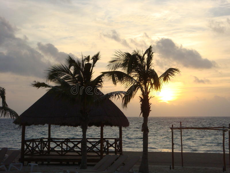 Praia e céu do por do sol imagem de stock