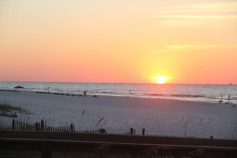 Praia e céu do por do sol imagens de stock royalty free
