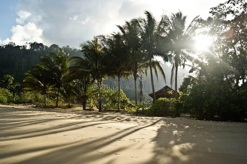 Praia e céu do por do sol foto de stock