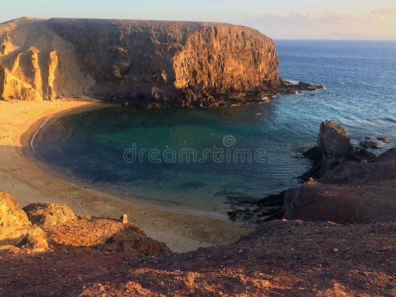 Praia e céu do por do sol fotos de stock