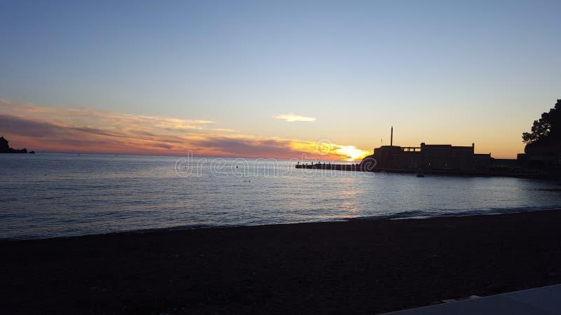 Praia e céu do por do sol foto de stock royalty free