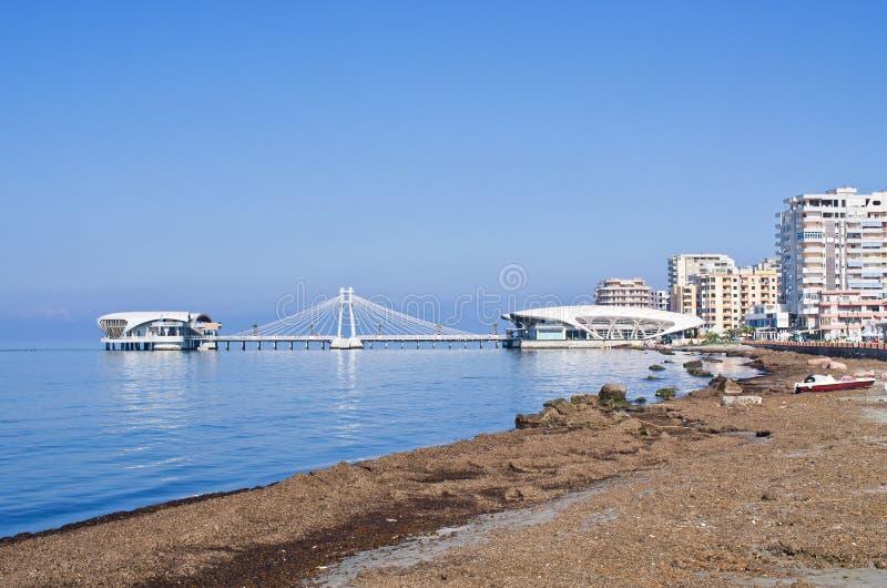 Praia e cais em Durres, Albânia foto de stock royalty free