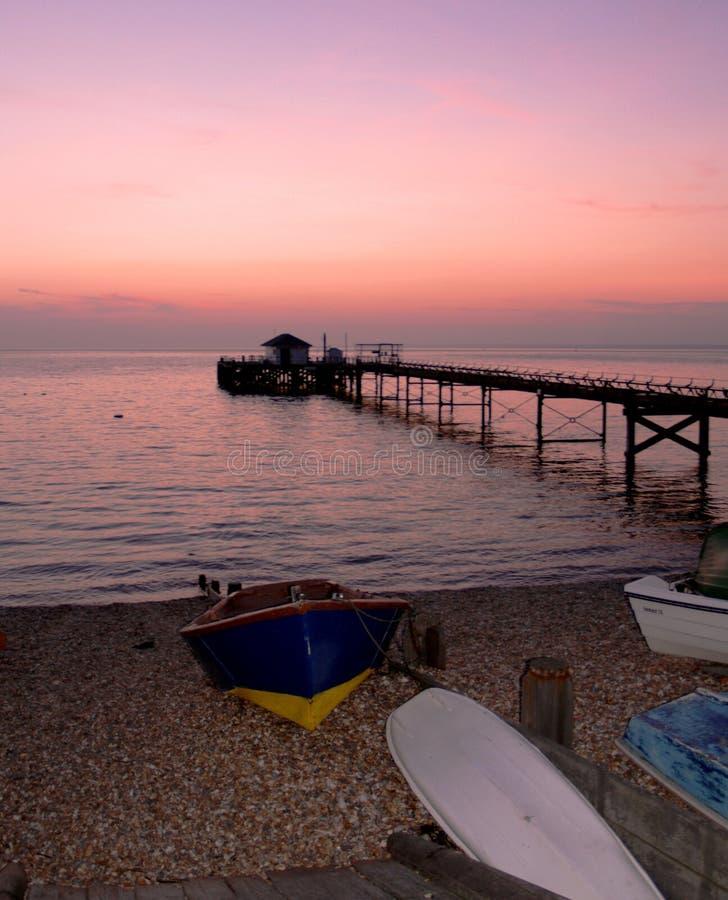 Praia e cais no crepúsculo fotos de stock royalty free