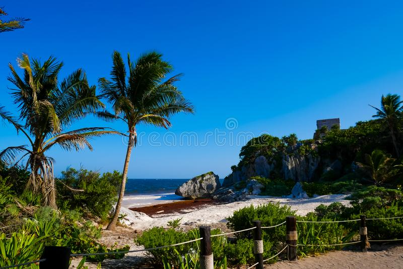 praia e castelo imagem de stock