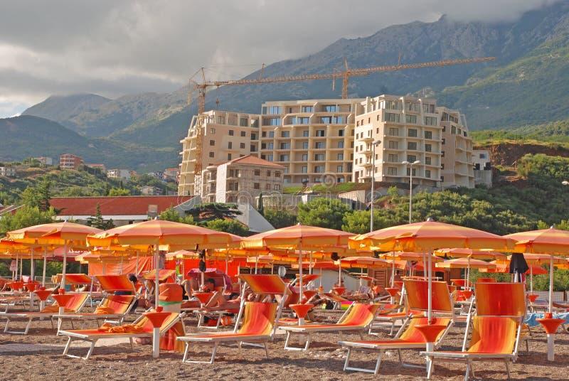Praia e construção mediterrâneas do apartamento moderno do seaview imagens de stock