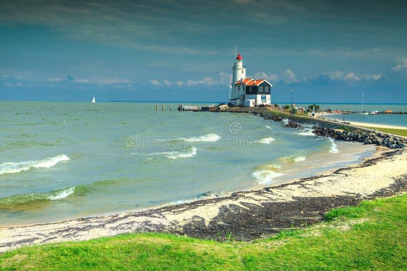 Praia e farol maravilhosos em Marken, Países Baixos, Europa foto de stock royalty free