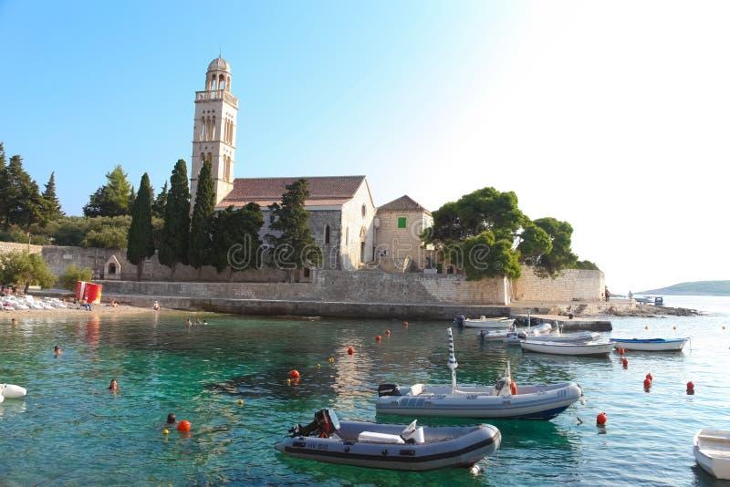 Praia e igreja de Hvar fotos de stock royalty free