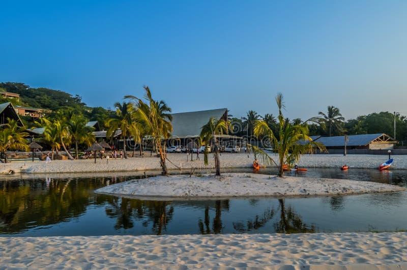 Praia e lagoa bonitas de Bilene perto de Maputo em Mo?ambique imagem de stock royalty free