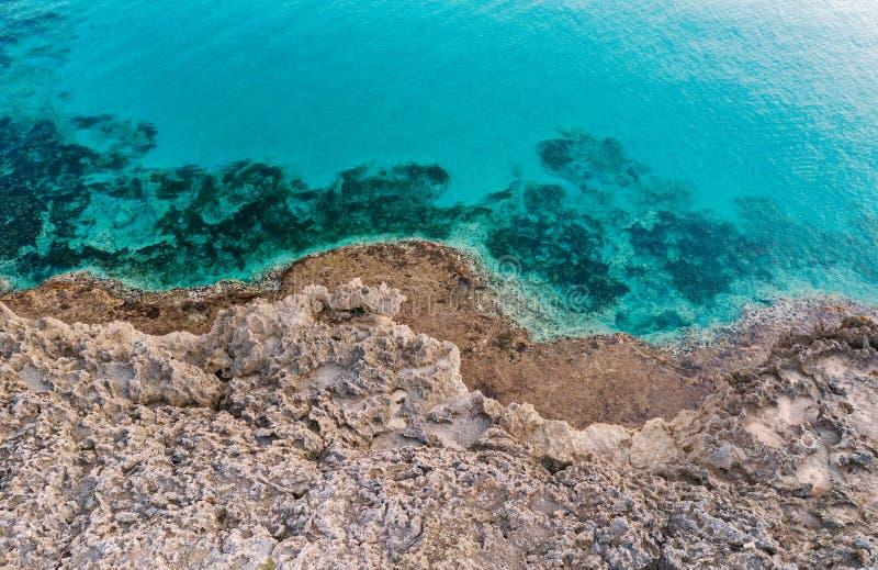 Praia e litoral aéreos no por do sol sobre a rocha e o mar Costa de surpresa de Itália imagem de stock royalty free