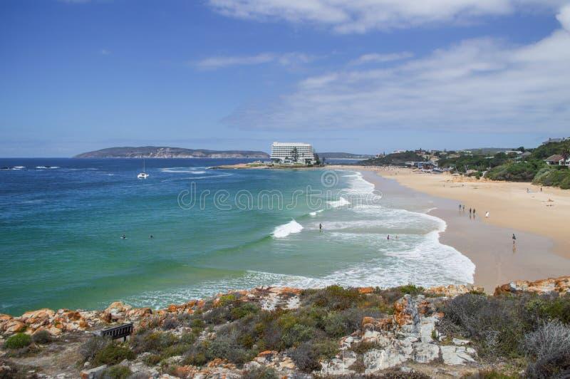Praia e litoral com as casas na baía de Plettenberg em Afri sul imagem de stock royalty free