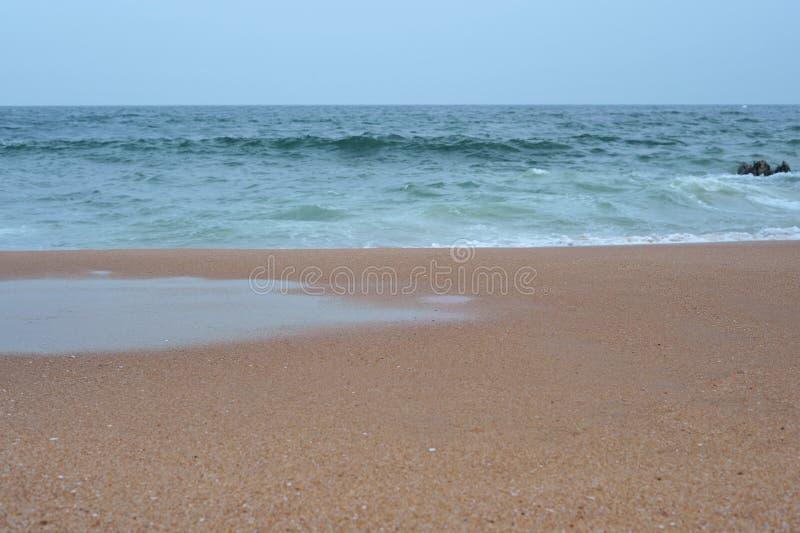 Praia e mar fotos de stock