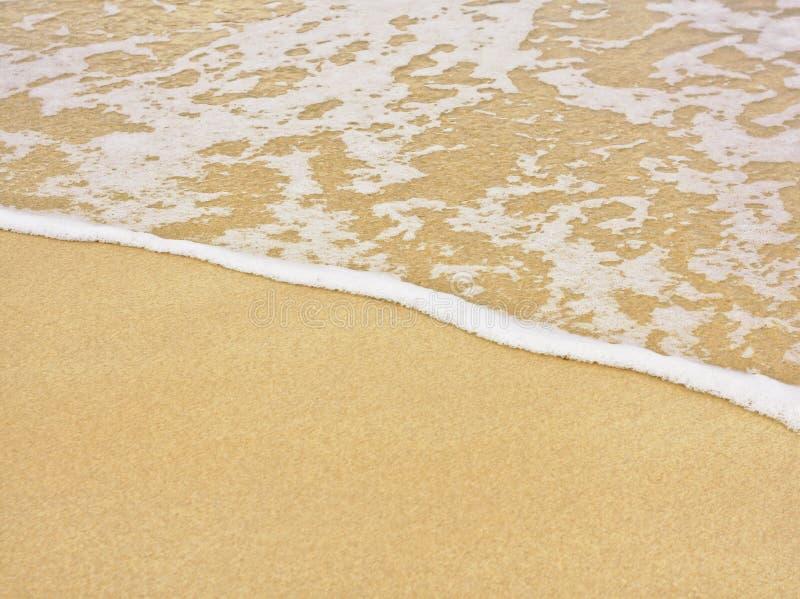 Praia e mar com linha da espuma imagens de stock
