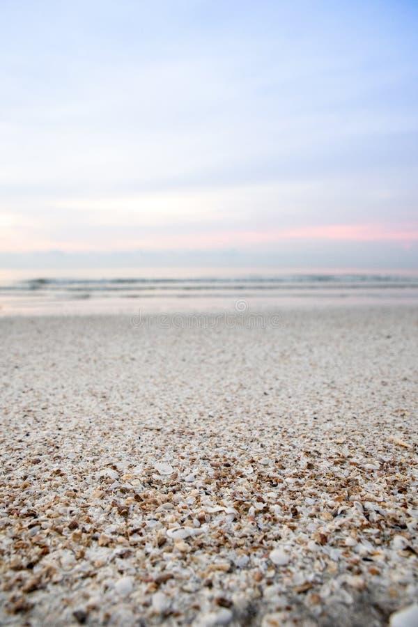 Praia e mar da areia na cena da manhã imagem de stock royalty free