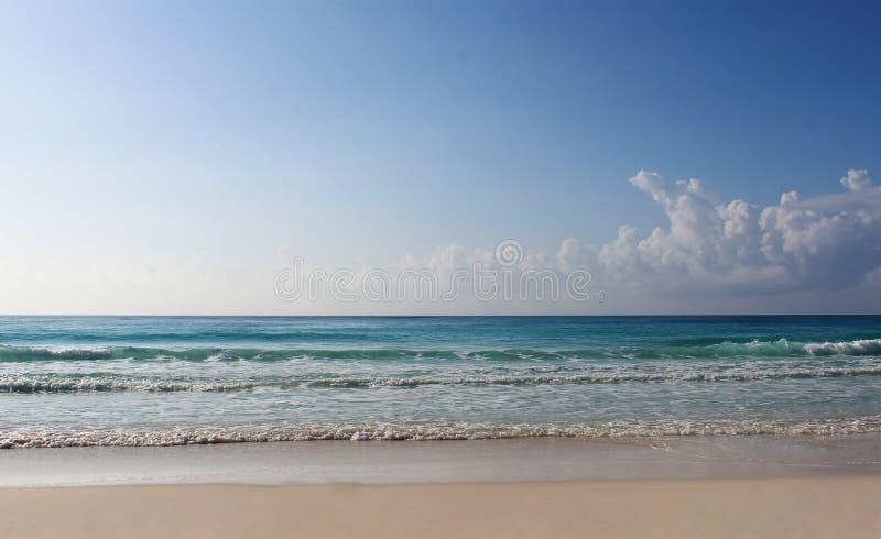 Praia e mar das caraíbas, ilustração foto de stock royalty free