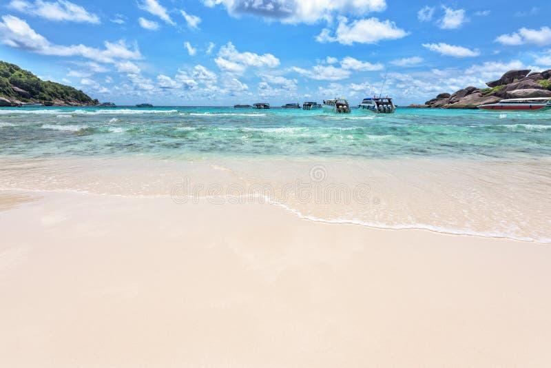 Praia e mar de ilhas de Similan em Tailândia fotos de stock