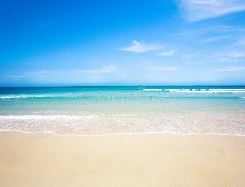Praia e mar tropical fotografia de stock royalty free