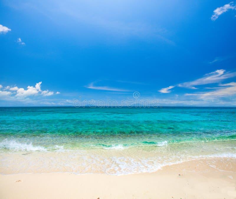 Praia e mar tropical bonito fotos de stock royalty free